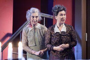 Arsen und Spitzenhäubchen - Angela Winkler und Eva Mattes - © Jim Rakete / Abdruck bei Nennung des Fotografen honorarfrei
