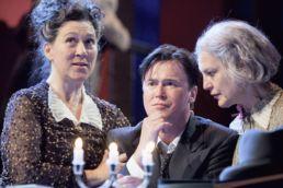 Arsen und Spitzenhäubchen - v.l.n.r.: Eva Mattes, Uwe Bohm, Angela Winkler - © Jim Rakete / Abdruck bei Nennung des Fotografen honorarfrei