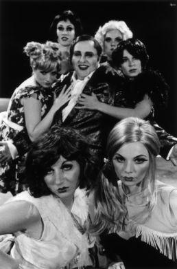 Cabaret - Gustav Peter Wöhler und Kit-Kat-Girls - © Katharina John