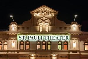 St. Pauli Theater Fassade bei Nacht © St. Pauli Theater / Abdruck bei Nennung des Copyrights honorarfrei
