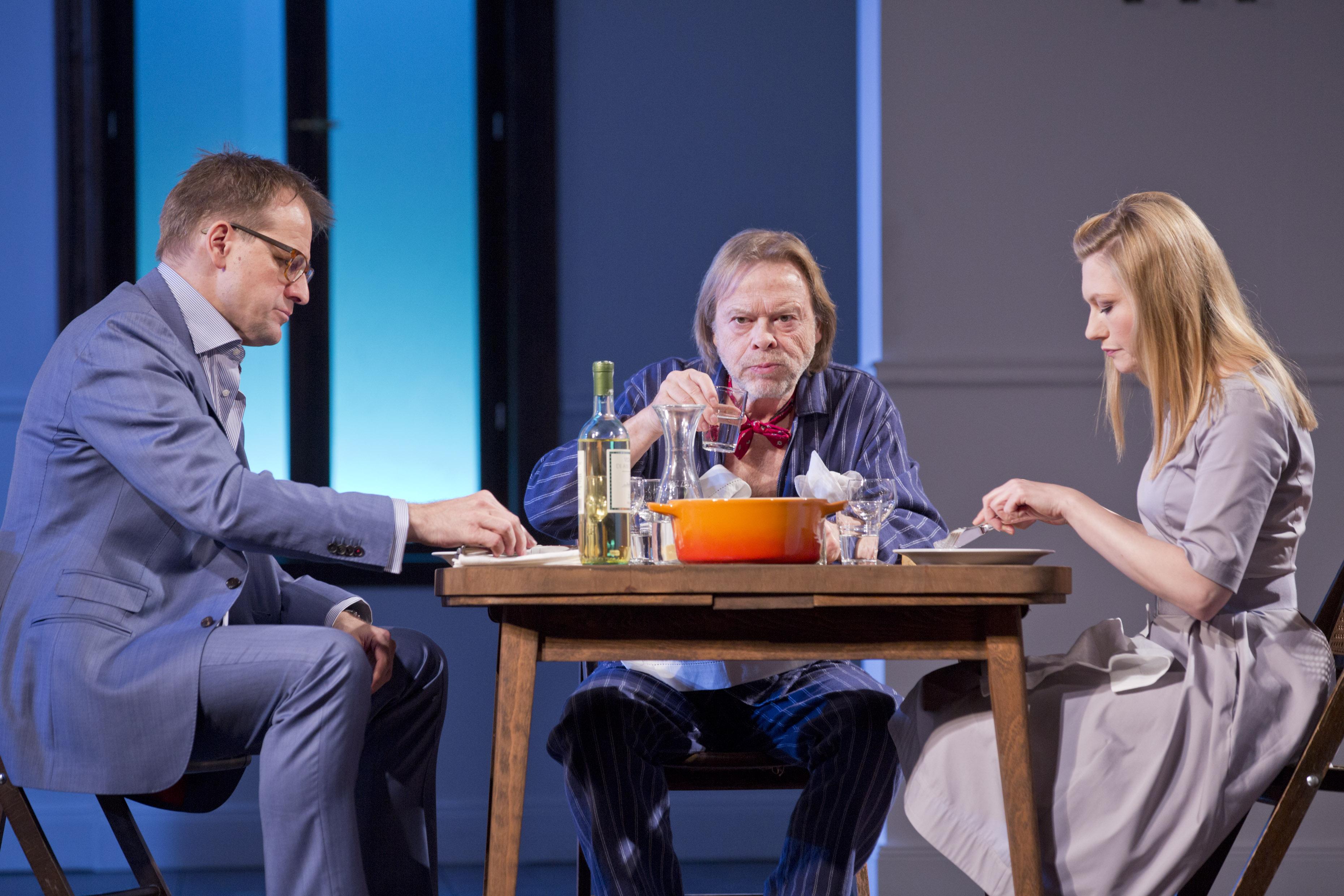 Der Vater - v.l.n.r.: Stephan Schad, Volker Lechtenbrink, Johanna Christine Gehlen - © Stefan Malzkorn