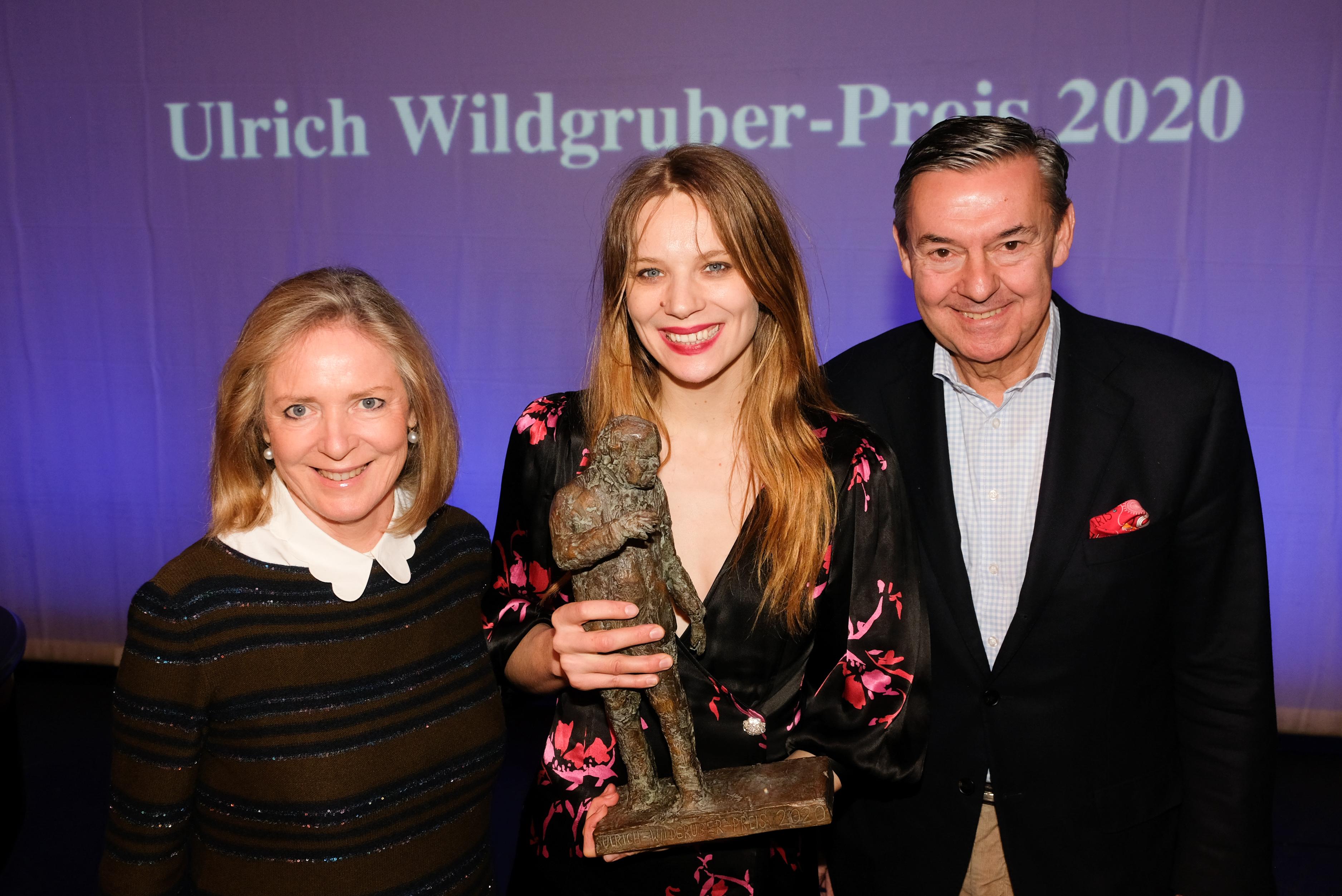 Verleihung Ulrich-Wildgruber-Preis 2020 - Cornelia Behrendt und Michael Behrendt (Hapag-Lloyd Stiftung) mit der Preisträgerin Lilith Stangenberg